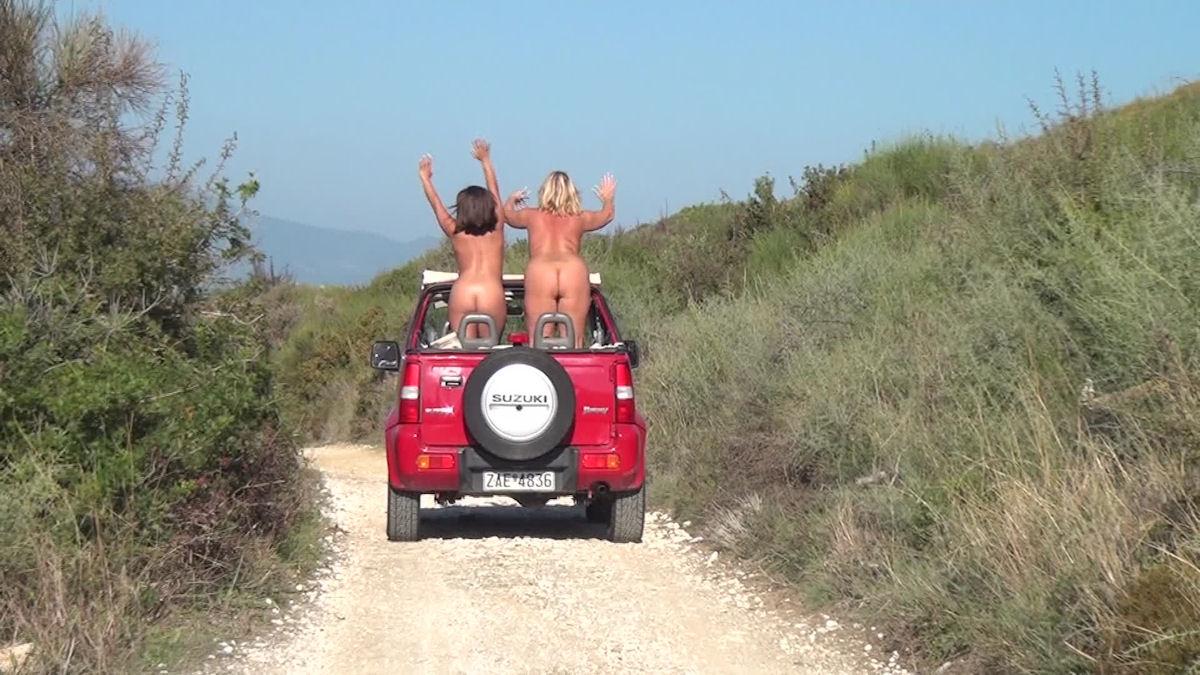 Nackt mit dem Jeep unterwegs