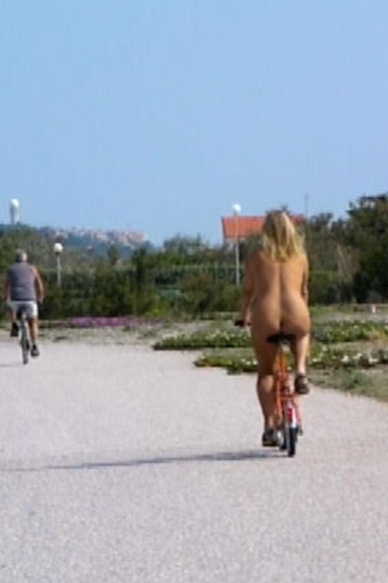 Nackt auf dem Fahrrad