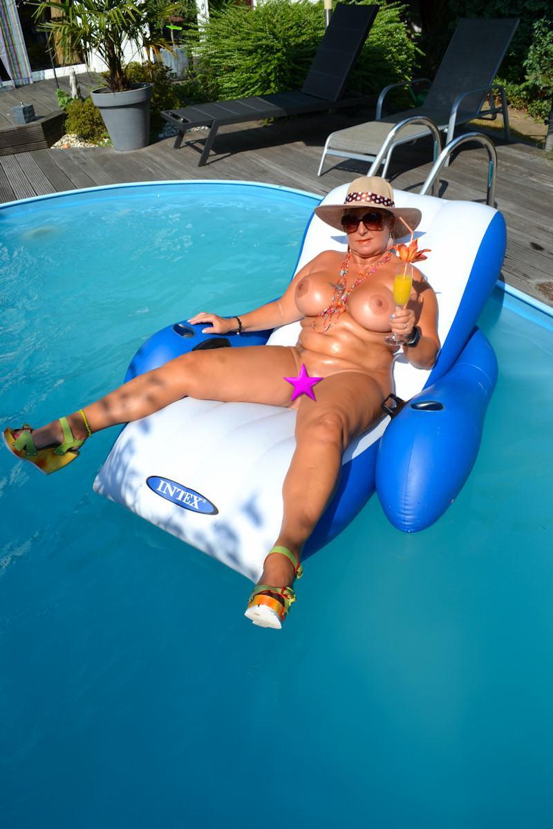 nackt im pool