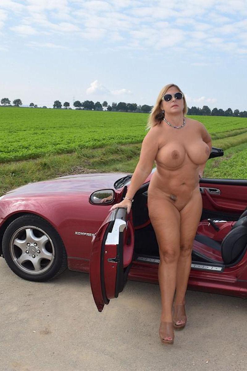 Nackt im Cabrio – mit der Drohne verfolgt