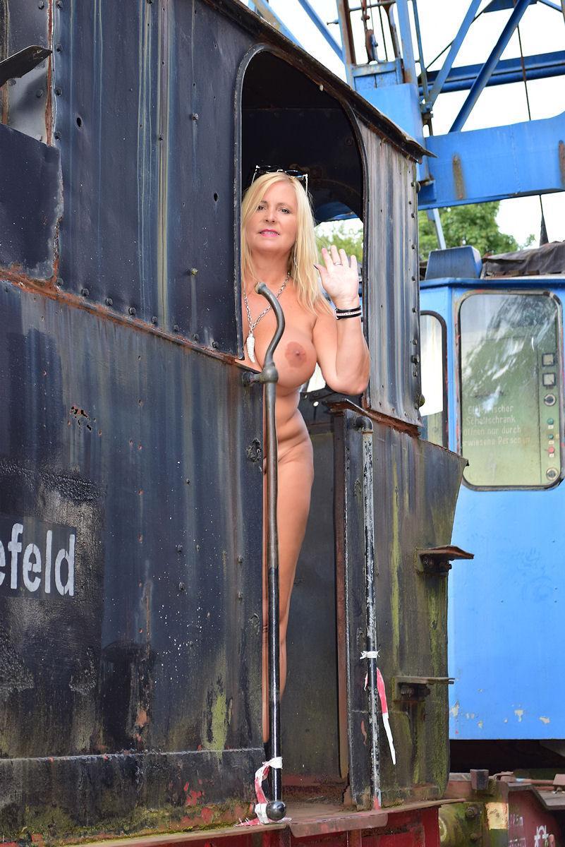 Nackt auf dem Lokomotiven-Friedhof