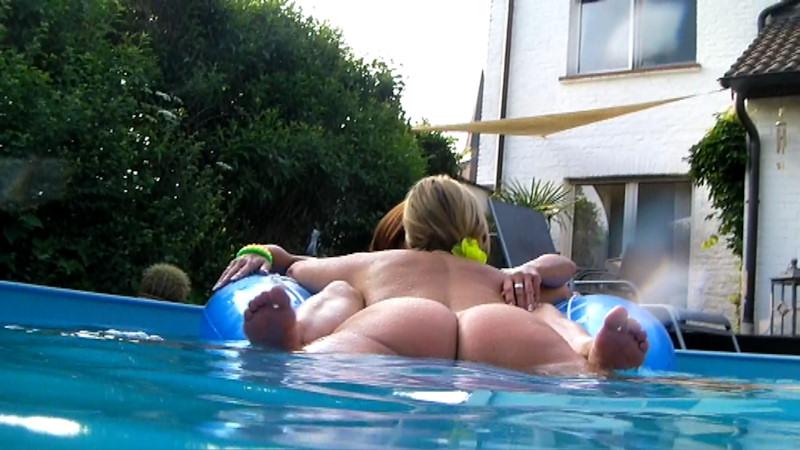 Im pool nackt freundin Wann zum